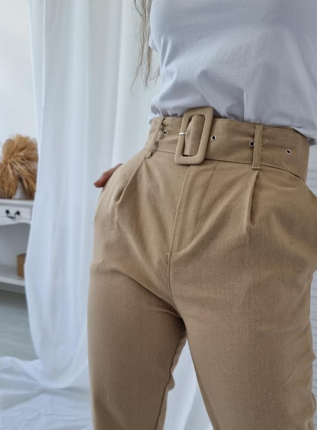 Białe spodnie rozcięcia ćwieki
